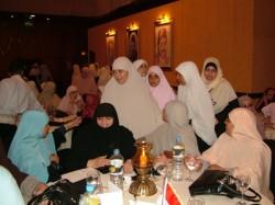 المرأة تشارك في الإفطار