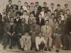 صورة تجمعه بمدرسيه وزملائه