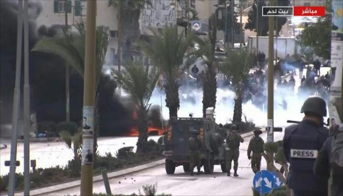 30 إصابة لفلسطينيين بمواجهات مع الاحتلال ومسيرات غاضبة