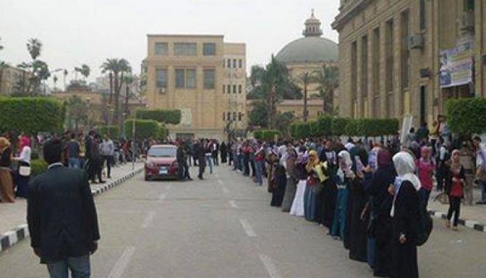 سلسة بشرية بجامعة القاهرة تندد بجرائم الانقلاب