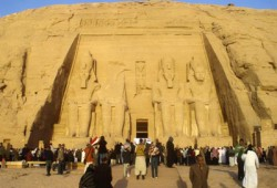 جارديان: مصر تخسر مليوني سائح لمنع دخول حقوقيين