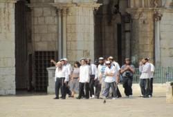 عشرات المتطرفين الصهاينة يقتحمون الأقصى