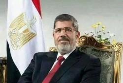 الرئيس مرسي يهنئ المصريين بالعيد ويحيي الثوار