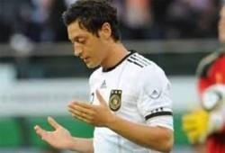 اللاعب الألماني أوزيل يتبرع بمكافأة المونديال لأطفال غزة
