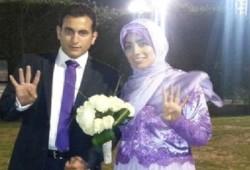 عروسان يرفعان إشارة رابعة برغم جرائم الانقلاب