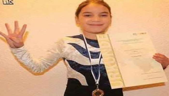 بطلة مصر للجمباز ترفع علامة رابعة بعد تسلمها الذهبية