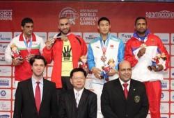 """لاعب كونغ فو مصري يرفع شارة """"رابعة"""" أثناء تتويجه بالذهبية"""