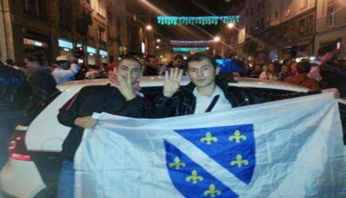 """بوسنيون يرفعون """"شارات رابعة"""" احتفالاً بصعود فريقهم لكأس العالم"""