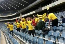 مشجعو النادي الأهلي يرفعون شعار رابعة في مباراتهم مع أورلاند