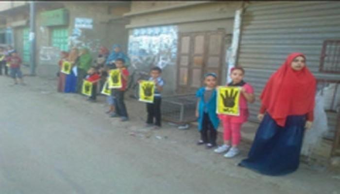 """دمياط تنظم أول سلسلة بشرية لـ""""أطفال ضد الانقلاب"""" رفضًا لحكم العسكر"""