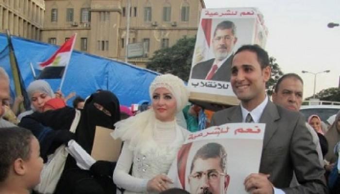 في أول أيام العيد.. عروسان يحتفلان بزواجهما بميدان النهضة
