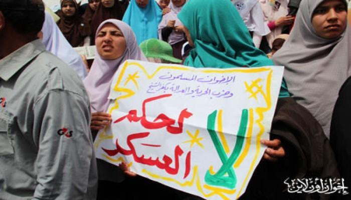 """الآلاف ينطلقون من """"الفتح"""" بهتافات ضد الفلول والعسكر"""