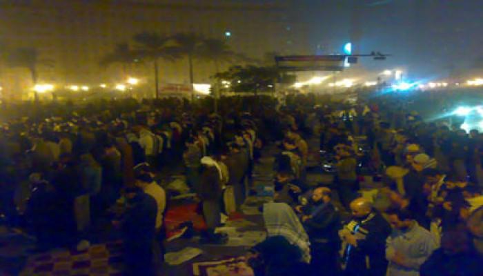 متظاهرو التحرير يصلون فجر جمعة حماية الديمقراطية