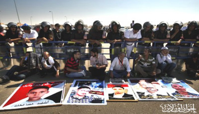 أهالي الشهداء يتظاهرون ضد منع المحامين من حضور جلسة المشير