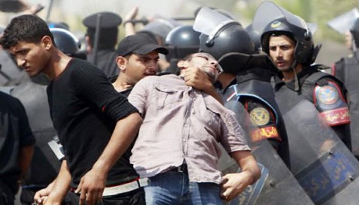الشرطة تعتدي على أهالي الشهداء خارج المحكمة