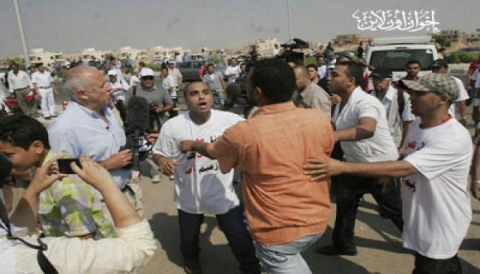 35 مصابًا في اشتباكات أسر الشهداء وبلطجية مبارك