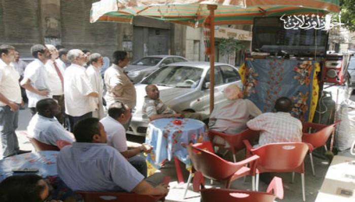 """المصريون يتابعون محاكمة """"المخلوع"""" برغم الحر والصيام"""
