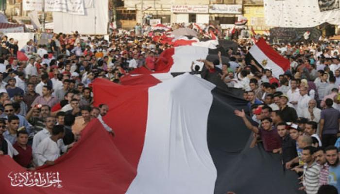 علم مصر يطوف ميدان التحرير استعدادًا لجمعة الغد