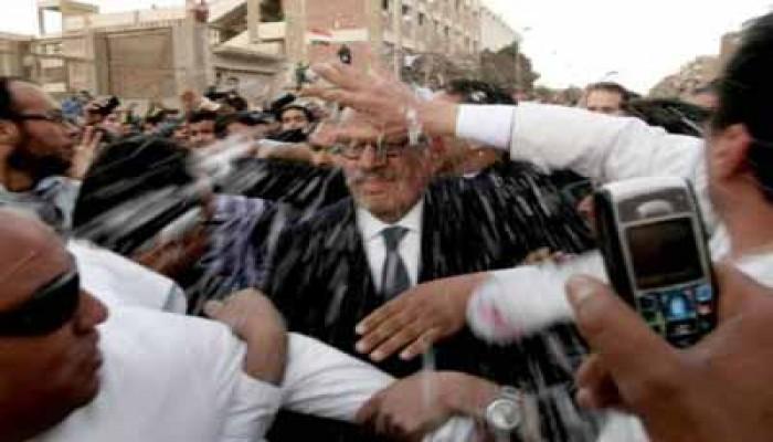 الجيش وشباب الإخوان ينقذان البرادعي في المقطم