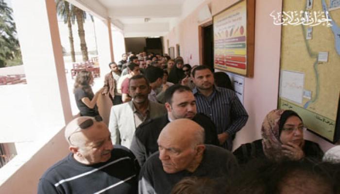 تكدس وزحام أمام لجان الاستفتاء بوسط القاهرة