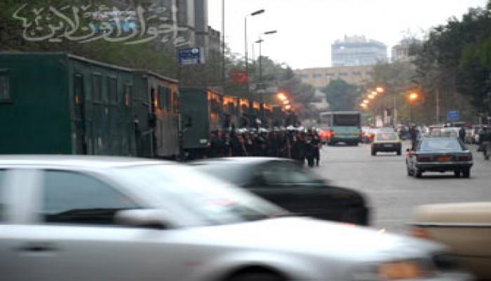 """المتظاهرون أمام """"الأطباء"""" يطالبون الشرطة بتصحيح مواقفها"""