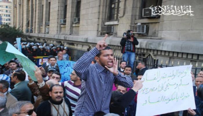 اشتعال المظاهرات أمام دار القضاء العالي.. وارتباك أمني