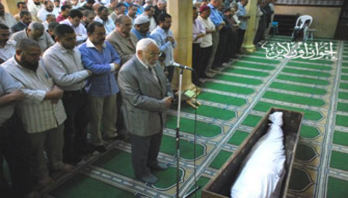 أ. عاكف يتقدم مشيعي المجاهد محمد نجيب