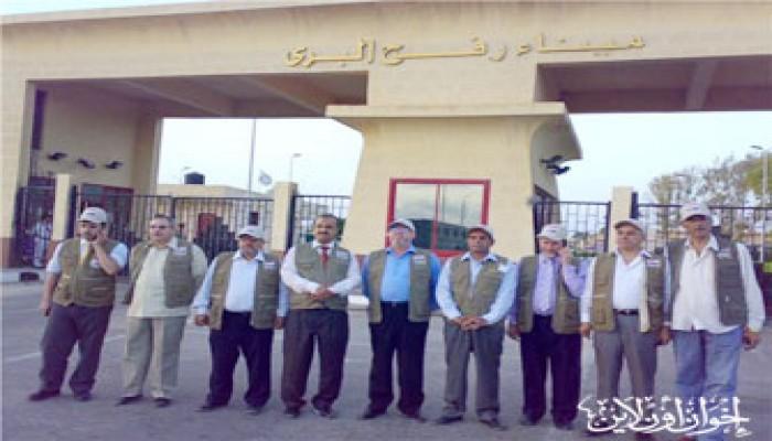 نواب قافلة الحرية يعتصمون أمام معبر رفح