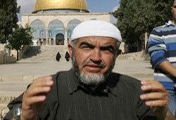 ابتسامة الشيخ رائد صلاح في قفص الاتهام