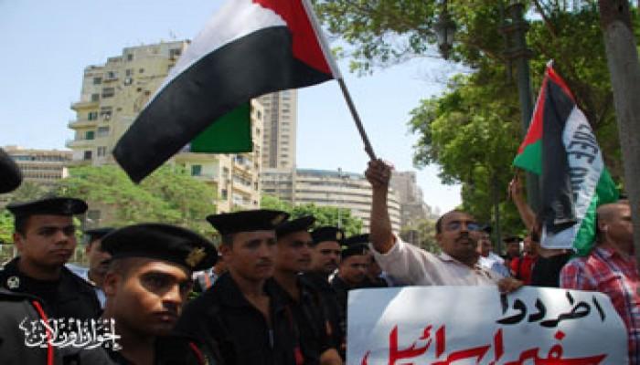 طلاب مصر ينادون بطرد السفير الصهيوني