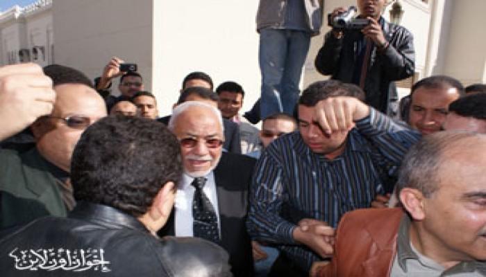 المرشد العام يتقدم مشيِّعي جنازة الحاج محمود شكري