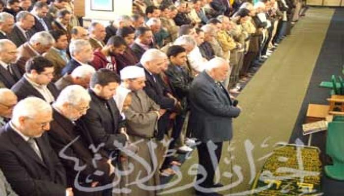 المرشد العام وقيادات الإخوان يشيِعون جنازة زوجة المستشار الهضيبي