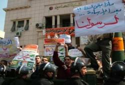 الإخوان يبدأون وقفتهم الاحتجاجية نصرةً للرسول الكريم