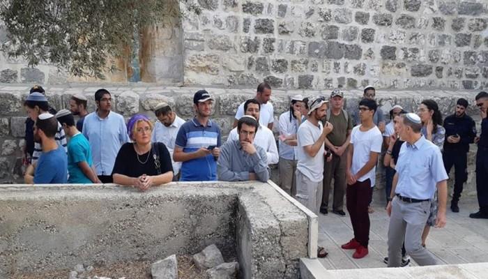 عشرات الصهاينة يقتحمون الأقصى صباح اليوم وسط حراسة قوات الاحتلال