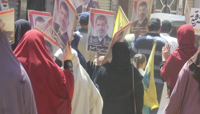 مسيرة يتقدمها أهالي الشهداء والمعتقلين بالشرقية تنديدًا بجرائم الانقلاب