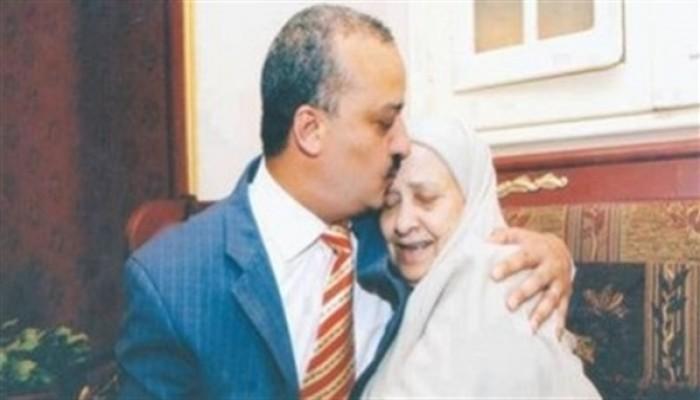 زوجة البلتاجي تنعى والدته وتطالب بحقه في وداعها