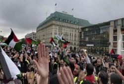 """وقفة أمام """"بوابة برلين"""" رفضًا لجرائم الصهاينة بحق الفلسطينيين"""