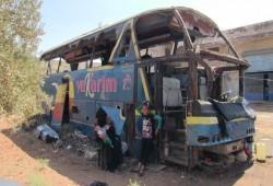 مأساة أم سورية تؤوي أولادها في حافلة مهجورة بإدلب