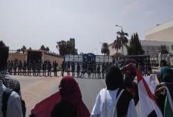 """تعرض للتعذيب.. احتجاجات أمام سفارة الانقلاب بالخرطوم لإطلاق سراح """"سوداني"""""""