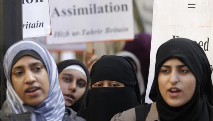 فرنسا تمنع مرافقة الأمهات المحجبات أبناءهن في رحلات مدرسية
