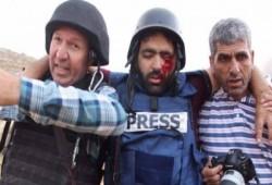 """بعد أن فقأ الصهاينة عينه.. تضامن واسع مع الصحفي """"عمارنة"""": نموت وتحيا فلسطين"""