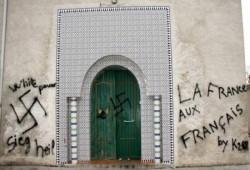 عبارات معادية للإسلام على جدار مسجد بفرنسا.. ومساجد هولندا تتعرض لتهديدات