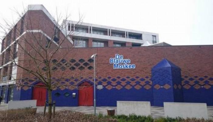 """لأول مرة في أمستردام.. رفع الأذان عبر مكبر الصوت بـ""""المسجد الأزرق"""""""