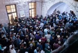 مواجهات وإصابات بنابلس ومئات الصهاينة يقتحمون قبر يوسف