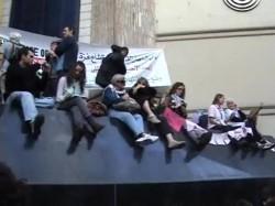 وقفة لنشطاء أجانب أمام نقابة الصحفيين لدعم غزة