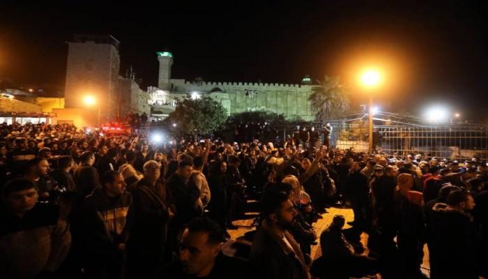 آلاف الفلسطينيين يصلون الفجر بالمسجد الإبراهيمي لتأكيد هويته الإسلامية