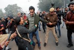 وسط تظاهرات مناهضة لقانون الجنسية.. اعتقالات وقطع لخدمات الهاتف النقال بأجزاء من الهند