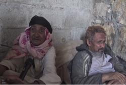 """فيديو.. عجوز يمنية نازحة تبكي بحرقة: """"ما معانا إلا الله"""""""