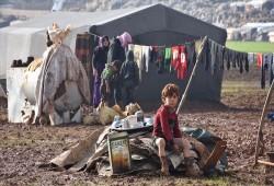 """أمهات إدلب بالمخيمات.. صقيع """"يجمد"""" العطاء"""