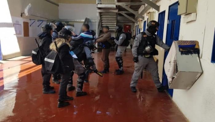 في أجواء الصقيع والبرد الشديد.. الاحتلال يصعّد ضد الأسرى الفلسطينيين